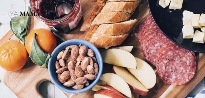 Завтрак: хлеб, масло, мясо, орехи, цитрусовые