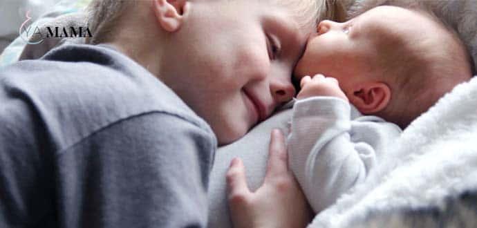 Ребенок с новорожденным братиком
