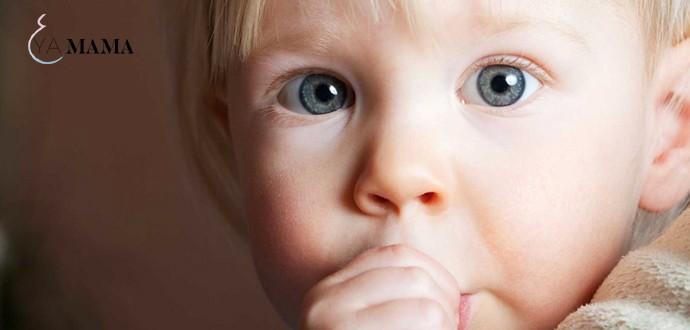 Ребенок сосет большой палец