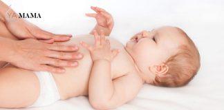 Ребенку делают массаж живота