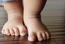 Малыш стоит на полу