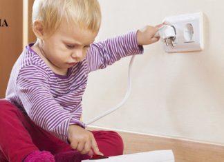 Ребенок играет в сетевым фильтром