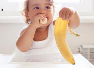 Ребенок собирается выкинуть шкурку от банана на пол