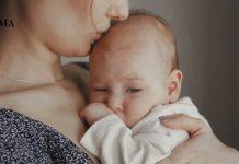 Мама целует младенца