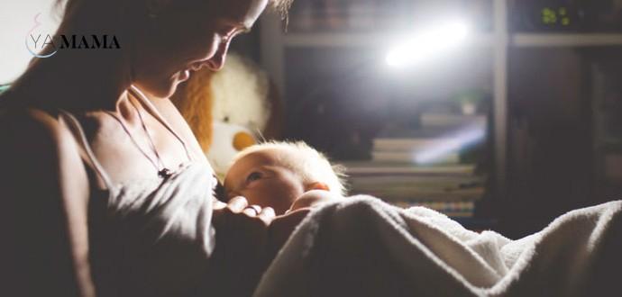 Мама кормит младенца ночью