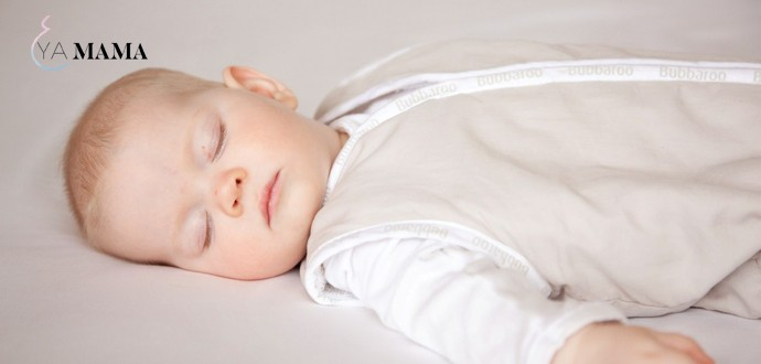 Младенец спит в спальном мешке