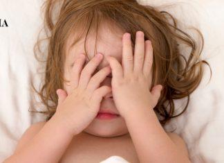Ребенок прикрывает лицо