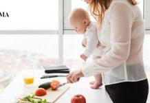 Мама готовит с малышом на руках