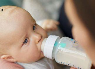 Кормление малыша смесью из бутылочки