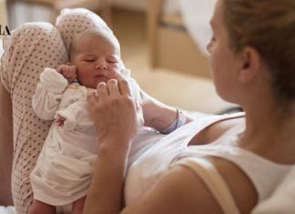 Мама держит малыша на коленках