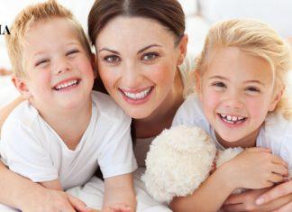Мама с дочкой и сыном лежат на полу в обнимку