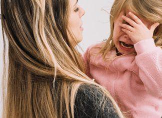 Мама держит плачущего ребенка на руках