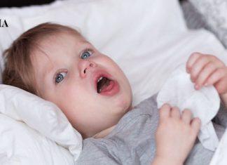 Малыш кашляет, лежа в постели