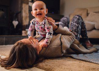 Мама играет с малышом на полу