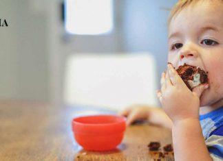Ребенок кушает кекс