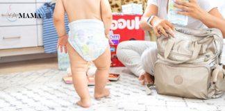 Мама собирает сумку для прогулки с малышом