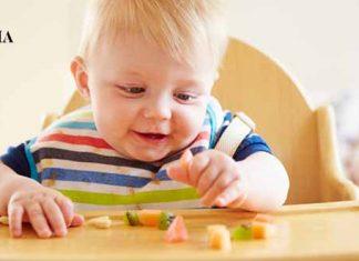 Малыш перебирает пальчиками мелко нарезанные кусочки фруктов