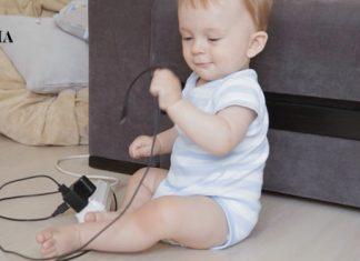 Младенец играется с зарядным устройством