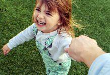 Папа держит за руку дочку