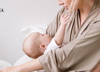 Мама убаюкивает младенца