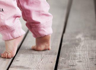 Малыш стоит на носочках