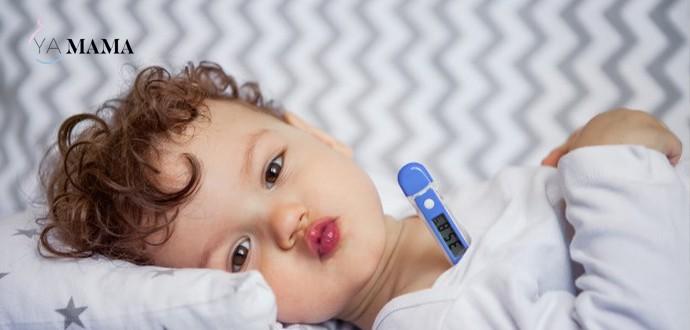 ребенок лежит с градусником