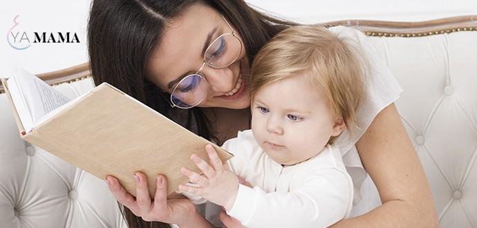 мама читает книгу со своей маленькой дочкой