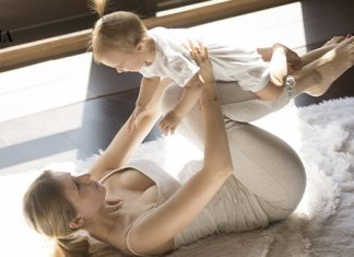 мама тренируется с ребенком на руках