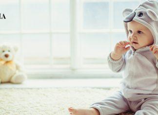 ребенок сидит в доме на полу