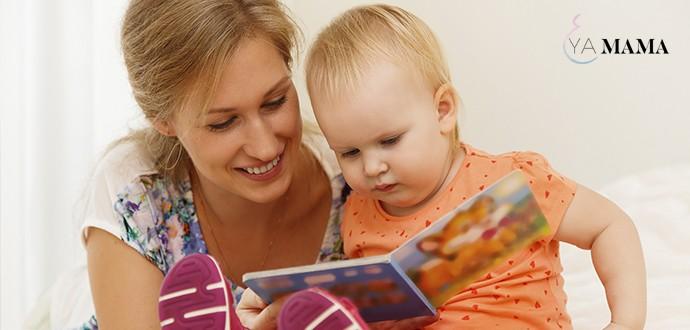 мама читает своей маленькой дочке книгу