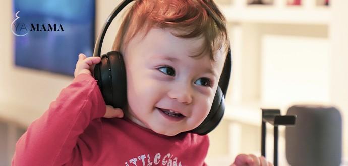 маленький мальчик слушает аудиокнигу в наушниках