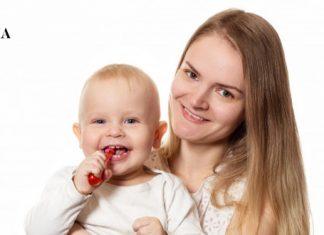 мама и ребенок с зубной щеткой