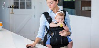 молодая мама работает с ребенком в слинге
