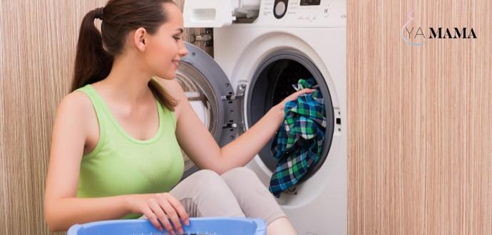 молодая мама стирает белье