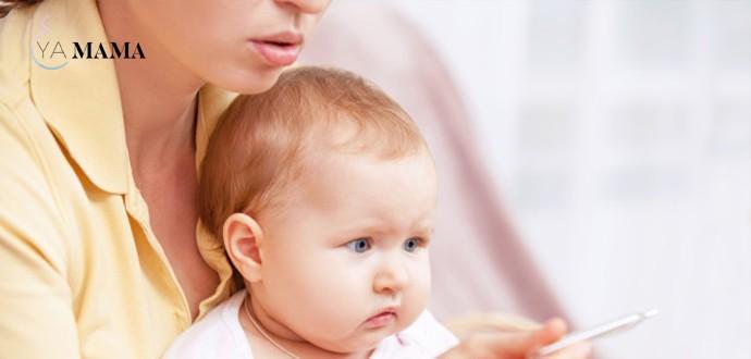 мама проверяет температуру ребенку