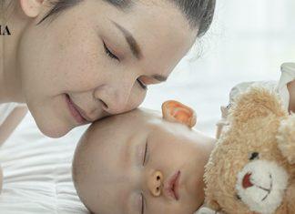 мама следит за тем, как спит ее дочь