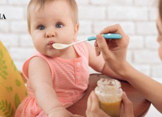 мама кормит малышку смесью из ложечки