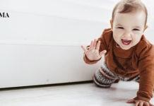 ребенок ползает по комнате