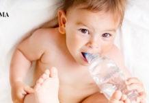 маленький мальчик пьет воду