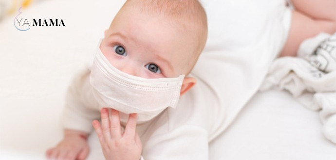 маленький ребенок в медицинской маске