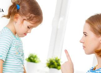 мама ругает маленькую дочку