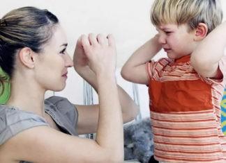 маленький мальчик хочет ударить свою маму