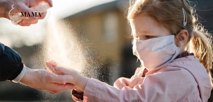 мама обрабатывает руки ребенка антисептиком