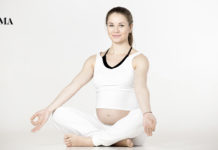 беременная сидит в позе лотоса
