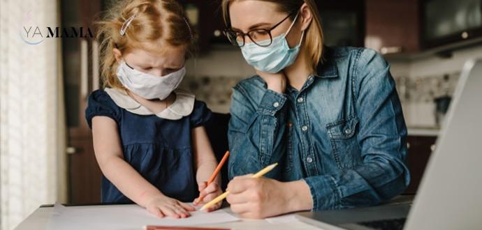 мама и дочка в масках рисуют