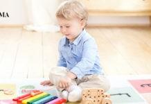 малыш играет в своей комнате