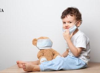 маленький мальчик и его мишка в маске